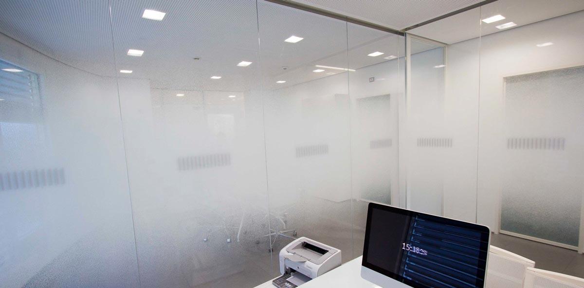 Pellicole per vetrine idee di design per la casa - Pellicole oscuranti per vetri casa ...