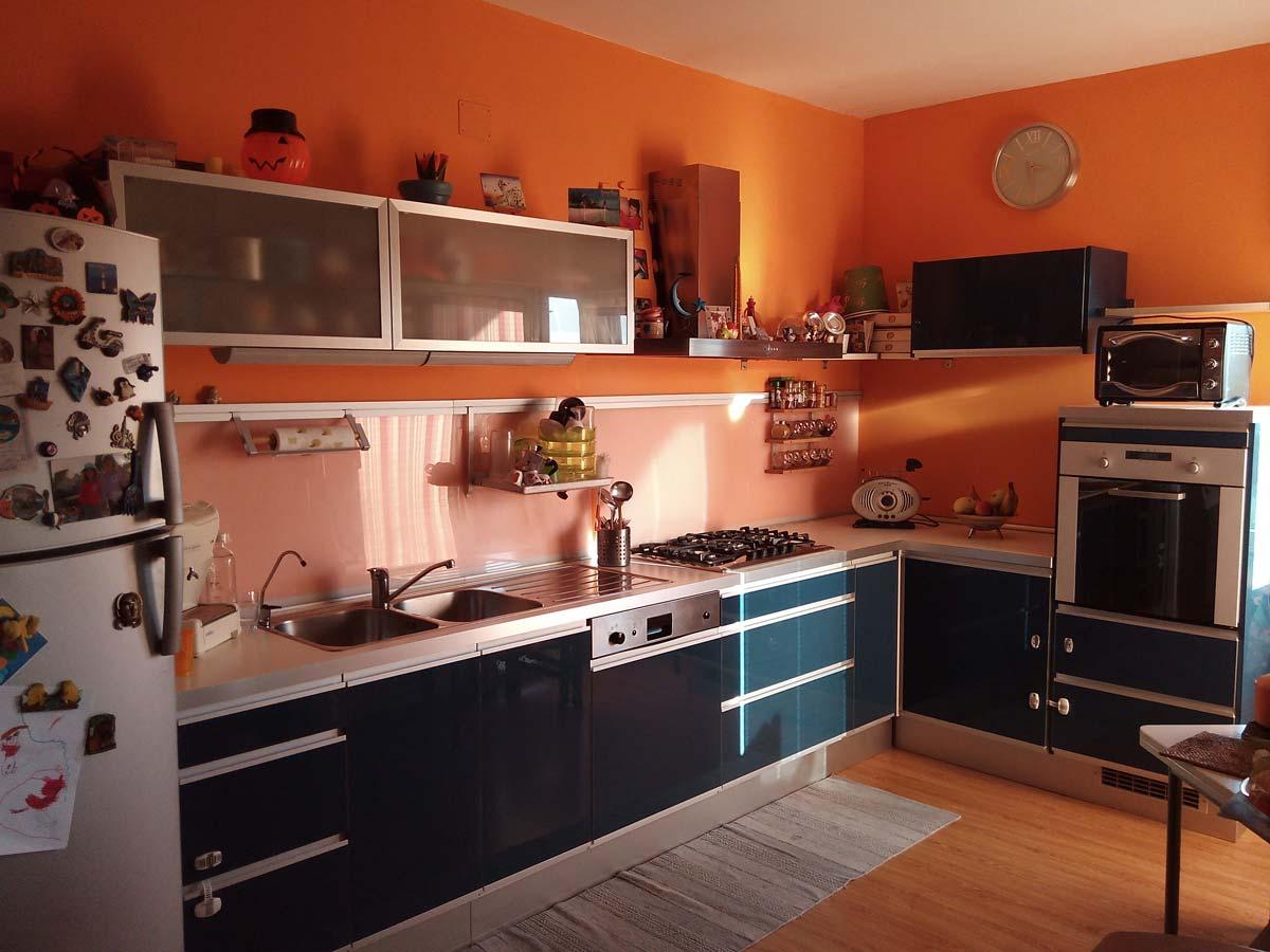Come cambiare colore alla cucina con il wrapping - Rivestimento piano cucina ...