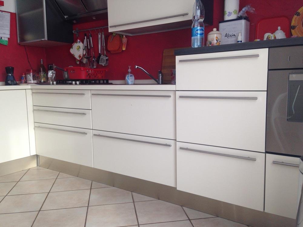 Come cambiare rivestimento alla cucina con il wrapping - Levigare il parquet senza togliere i mobili ...