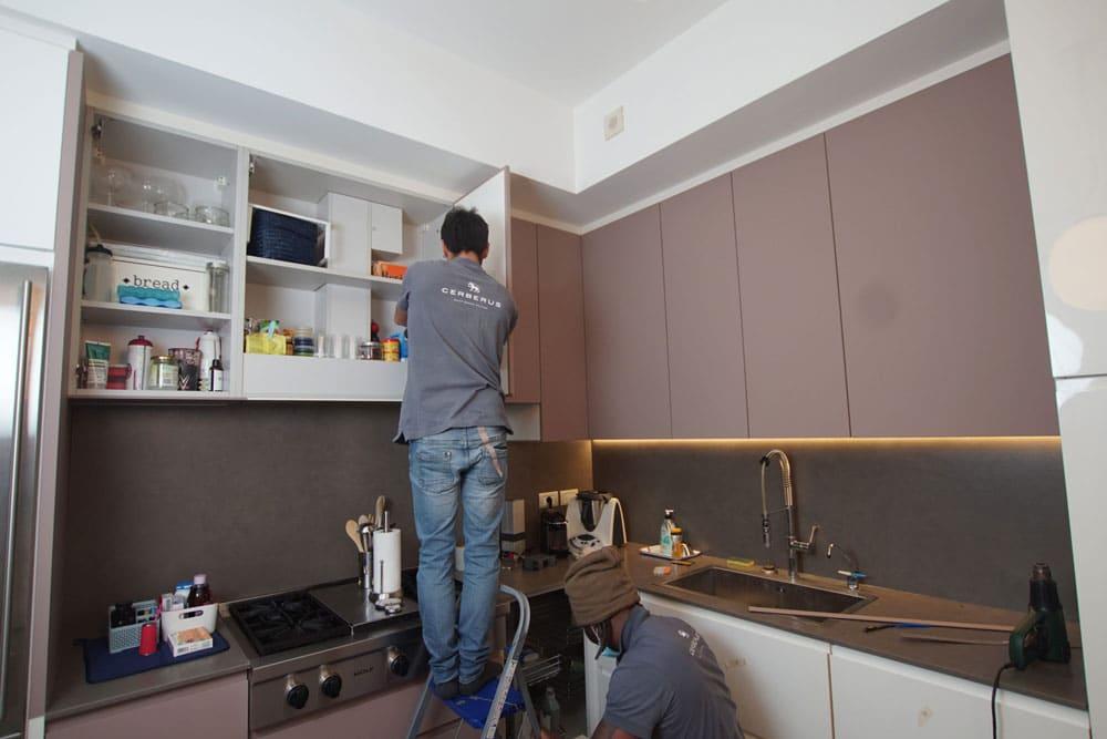 Sostituire o rinnovare le ante ingiallite della cucina