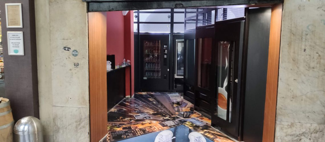 Restyling per un distributore h24 di bevande e snack a Torino con resina e laminato 3M DI-NOC